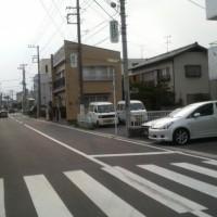 当社の入口前の道路